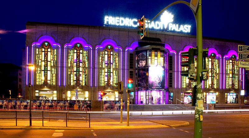 800px-Friedrichstadtpalast_at_night_01