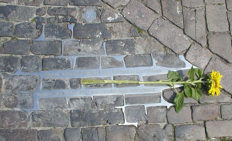 800px-Dresden_Altmarkt_Gedenkstaette_Luftangriffe